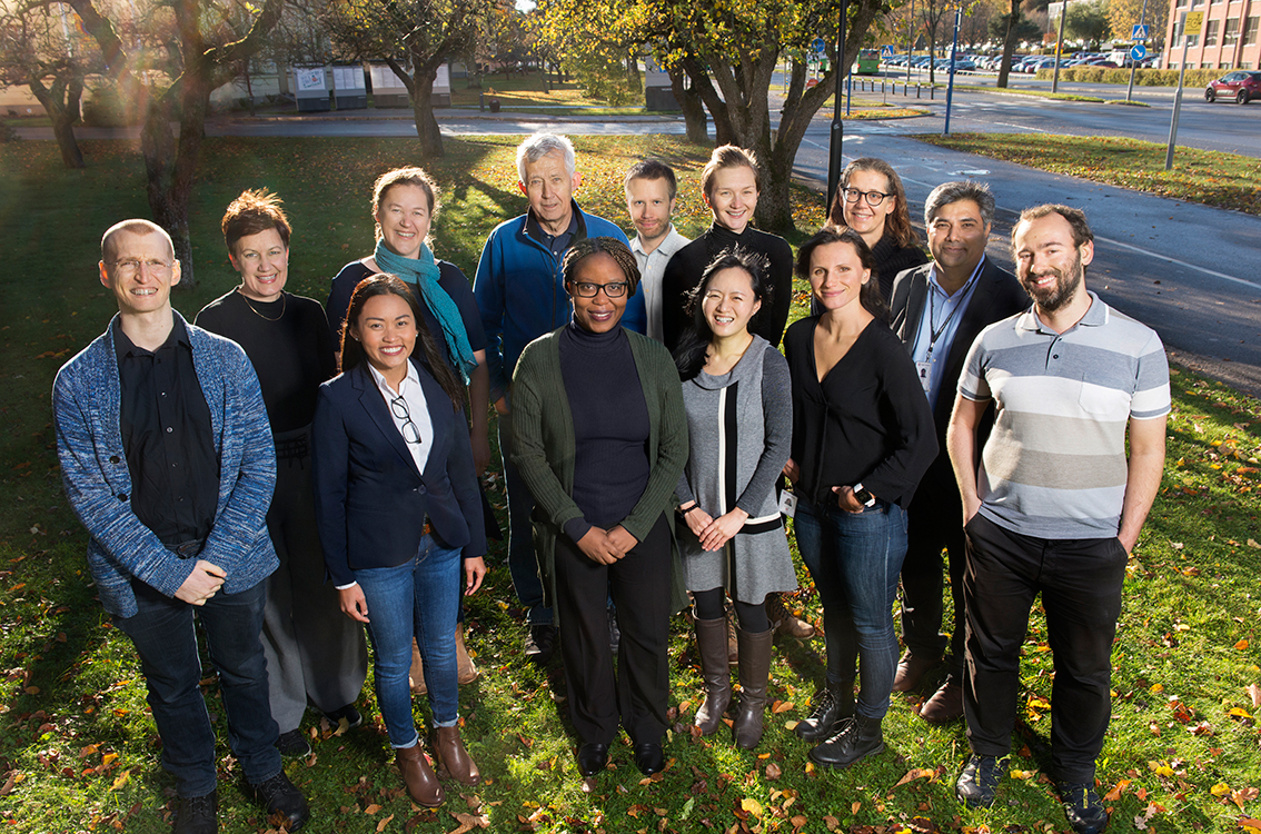 Group photo of the research group molecular epidemiology in the autumn sunshine.